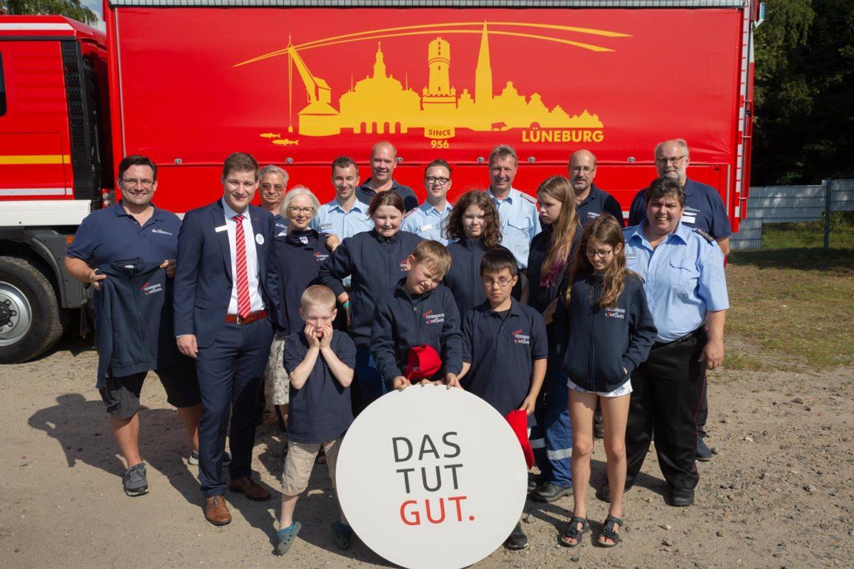 Offizielle Übergabe der Shirts an die Feuerwehr gemeinsam mit der Sparkasse Lüneburg für DAS TUT GUT.