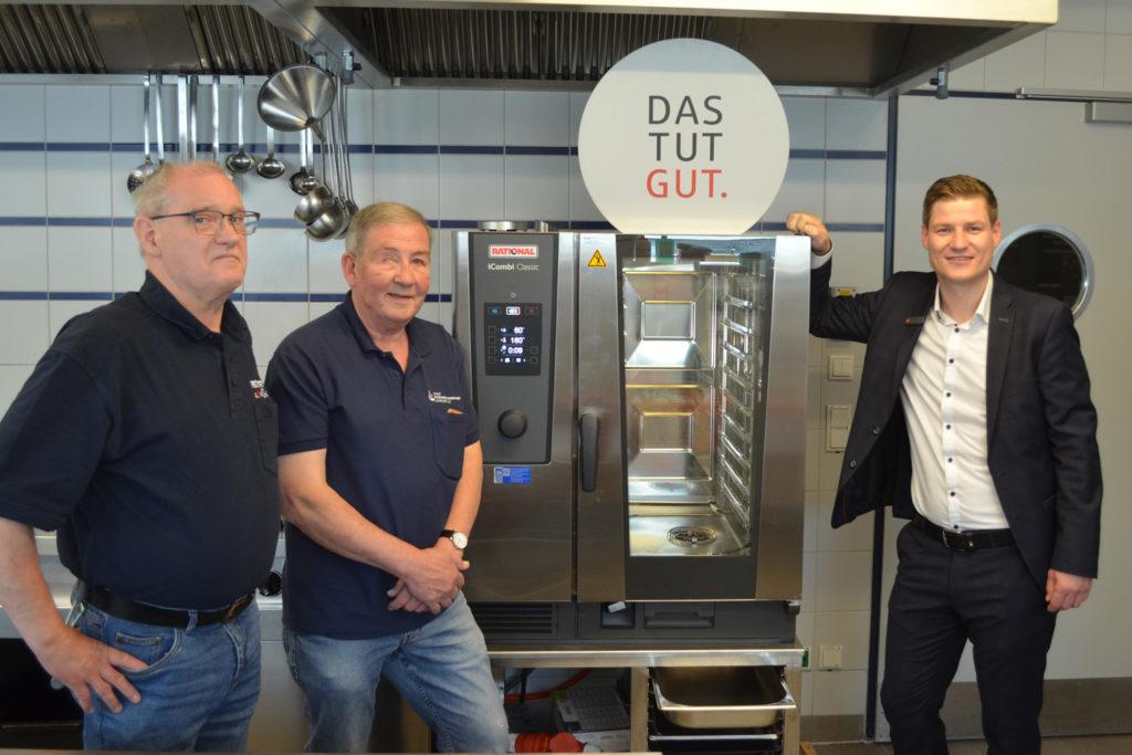 Günter Bruns und Uwe Heinatz (v.l.) mit Philip Wegner von der Sparkasse vor dem neuen Kombidämpfer