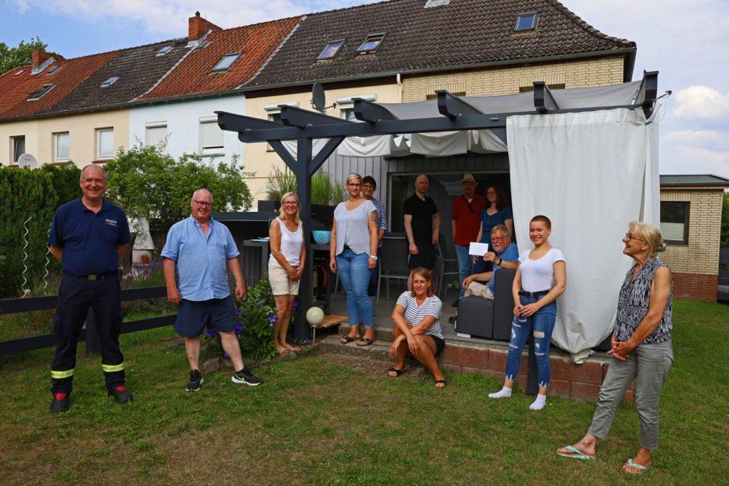 dankbare Nachbarn übergeben Spende für die Feuerwehr Lüneburg
